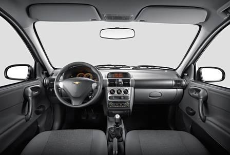 Detalhes na cor cinza aparecem no painel, na manopla e no volante do Classic Advantage